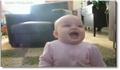 Un bébé mort de rire