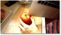 Il coupe une pomme avec son MacBook !