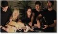 Une guitare pour 5 personnes, superbe reprise de Gotye