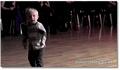 A 2 ans, il danse le swing