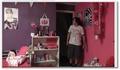 Il décore la chambre de son frère en rose