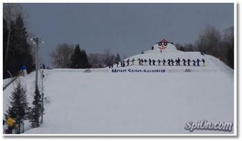 Un backflip géant en ski à 30 personnes