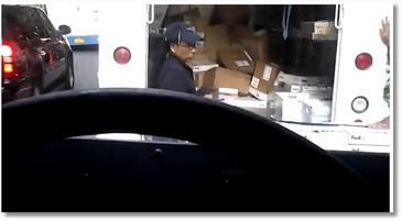 Des employés de Fedex balancent des colis