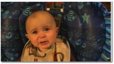 Un bébé pleure en écoutant sa mère chanter