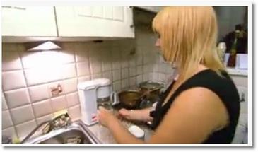 Une blonde fait du café
