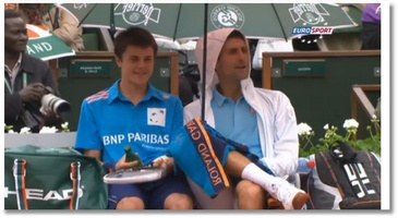 Djokovic trinque avec un ramasseur de balles
