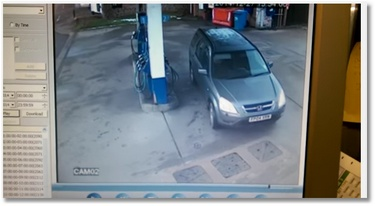 Cette femme a quelques soucis pour prendre de l'essence !