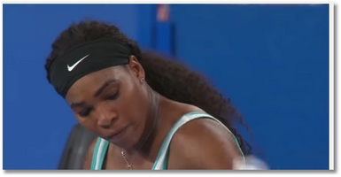 Serena Williams boit un café en plein match